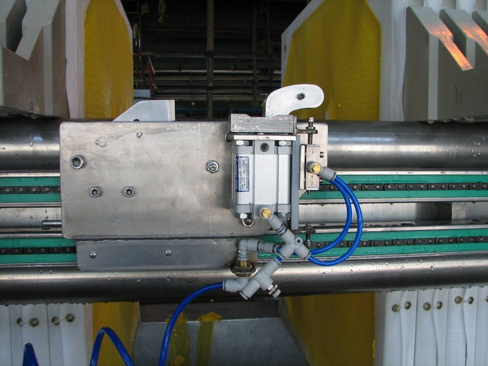 DIAMO<br />Mechanismus rozřazu desek soklepem.<br />